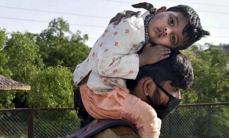 प्रवासी मजदूर अपने घर की ओर जाते हुए